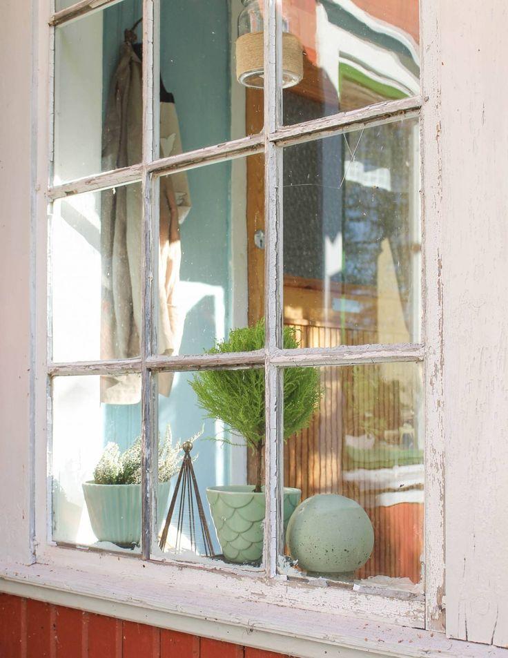 Spröjsat fönster. Foto: Erika Åberg #gamla #hus #byggnadsvård #veranda #fönster #linoljefärg