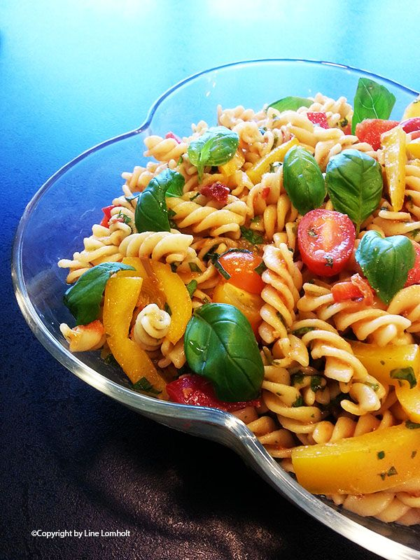Rød pastapesto salat