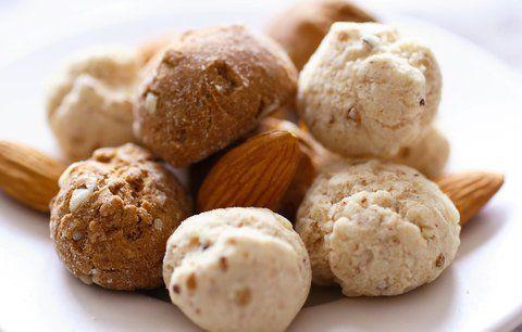 Budete potřebovat:    - 6 lžic ovesných vloček,  - osminku másla  - 2 lžíce cukru krystal  - cukr moučku a kakao na obalování    Postup:    1. Ovesné vločky umelte na masovém strojku, smíchejte s máslem a cukrem. Těsto dejte ztuhnout do ledničky.    2. Z vychladlého těsta tvořte malé kuličky, které obalte v cukru smíchaném s kakem. Uchovávejte v chladu.