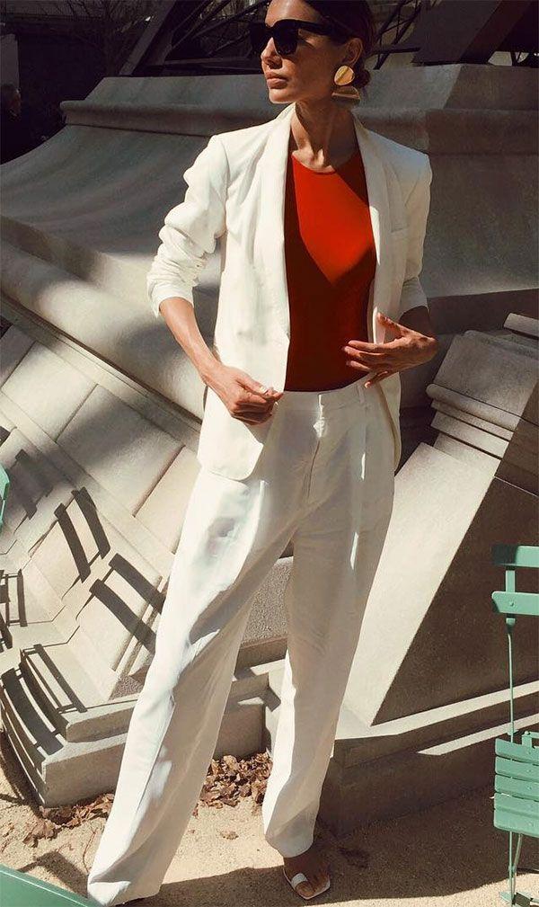 A blusa vermelha dá um charme a mais para o terninho branco.