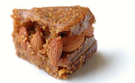 Приготовьте арабский десерт  25 шт сухого инжира  25 ядер абрикоса или миндального ореха  2-3 ст. л. меда  2 ст. л. разогретого сливочного масла  2 ст. л. воды    инжир, мед, воду и масло перемешать в комбайне в пасту. Разделить пасту на 2 части. Раскатать одну часть толщиной 1 см, выложить орехи и прикрыть второй частью инжирной пасты, получится как бы пирог с начинкой из орехов, который надо поставить на пару часов в холодильник что бы уменьшилась липкость после этого порезать на кусочки