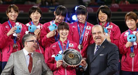 2位となり表彰式で笑顔を見せる木村(前列中央)ら=24日、東京・有明コロシアム ▼24Aug2014時事通信|バレー女子ワールドGP・談話 http://www.jiji.com/jc/zc?k=201408/2014082400237 #Japan_womens_national_volleyball_team #Saori_Kimura