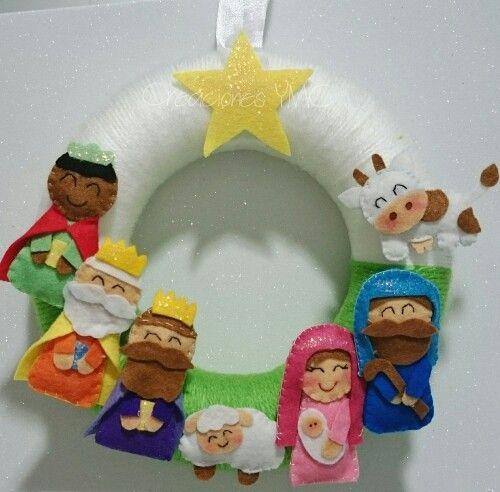 Otra hermosa corona navideña para decorar un hogar.  #hechoamano en #fieltro #decoracionnavideña #coronanavideña #corona #guirnalda #decoracionnavidad