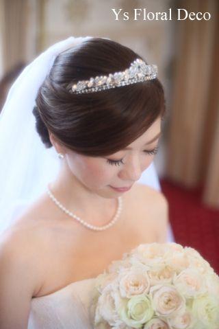 7月に綱町三井倶楽部さんで挙式ご披露宴の新婦さんより、当日のお写真をいただきましたので、ご紹介します。アップヘアにティアラをあわせられた新婦さん。目を伏せ...