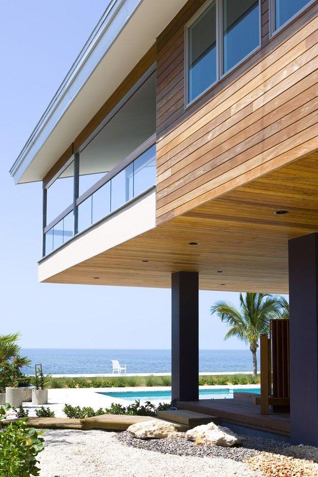 Térreo livre para reunir e relaxar Casa de praia elevada tem praça coberta