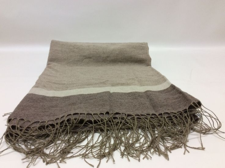 Caldo plaid in fibre naturali composto da lana e lino per riscaldare le fredde giornate invernali e adatto anche alle mezze stagioni nei toni del corda e marrone.