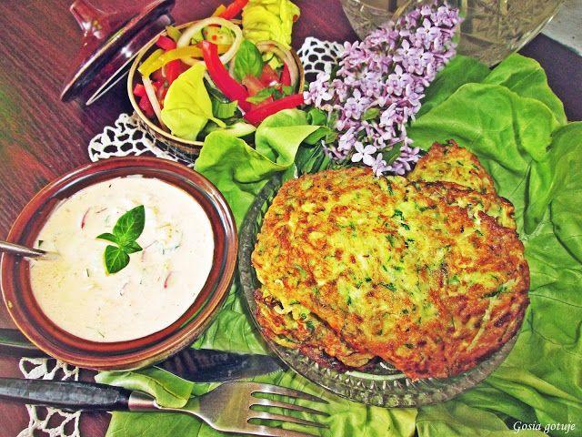 Gosia gotuje: Placuszki z cukinii i lubczyku z sosem jogurtowym