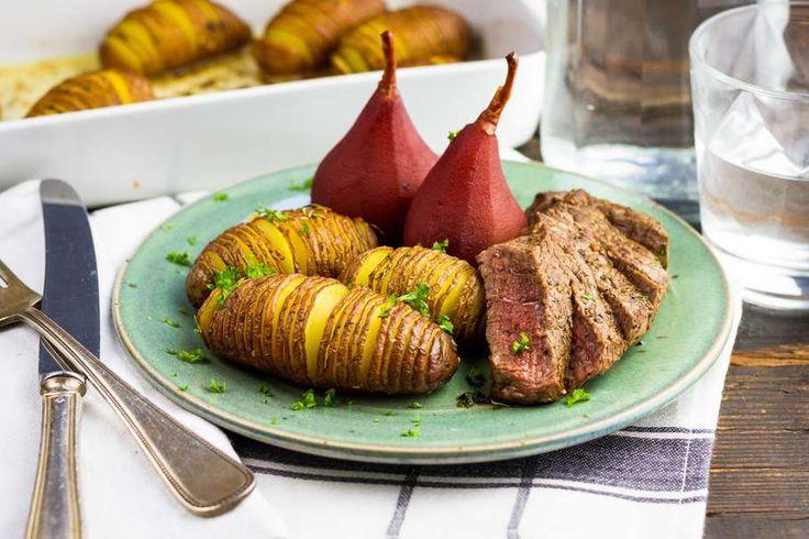 Recept voor biefstuk voor 4 personen. Met zout, boter, water, olijfolie, peper, aluminiumfolie, biefstuk, aardappel, stoofpeer, kaneelstokje, rozemarijn en knoflook