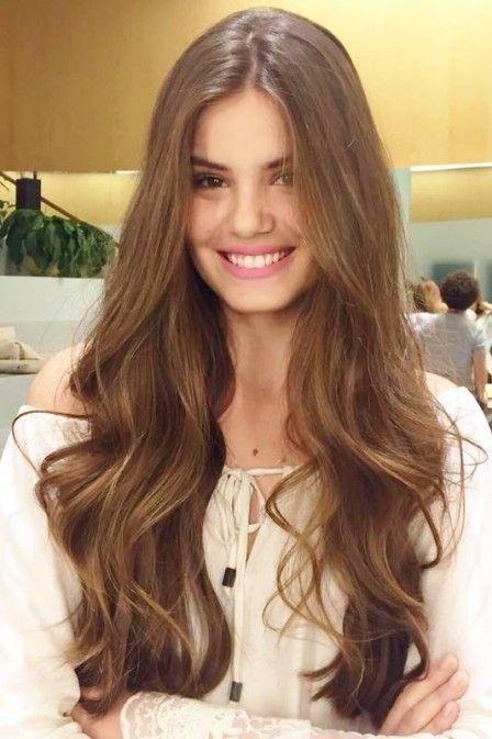 Camila Queiroz mostra dia de beleza e fala sobre como cuida do cabelo de mais de 70cm