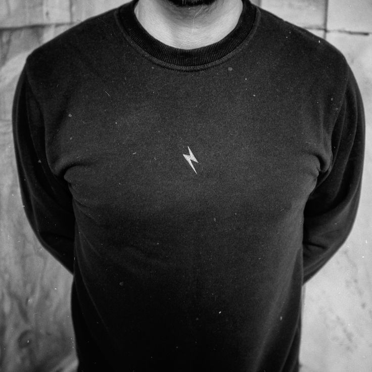 CLEANT noir crewneck Czarna bluza z czarnym połyskującym piorunem. Piorun na klacie.  Ta klata to klata brata Mateusza.