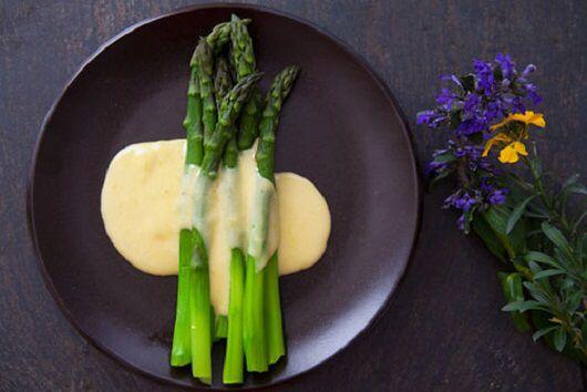 Cпаржа на пару с яичным соусом по рецепту от диетолога Светланы Фус  >Ингредиенты: Спаржа — 150 г Яйца — 50 г Оливковое масло — 1 ч. ложка Лимонный сок — 1 ч. ложка Соль (соевый соус)— по вкусу  >Приготовление:  1. Спаржу приготовить на пару.  2. Яйцо сварить.  3. Приготовить соус: оливковое масло – 1 ч.л, сок лимона – 1 ч.л, соль (соевый соус – 1.ч.л) взбить.  4. К соусу добавить мелко нарезанное яйцо, перемешать.  5. Готовую спаржу выложить на тарелку, полить соусом.  Пищевая и…
