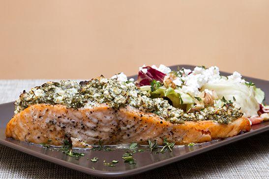 """Fetasajtos-zöldfűszeres lazac diós salátával - A feta, vezeti a görögöknél a """"sajt-népszerűségi"""" mutatót, és nálunk is kiemelt helye van. Épp ezért a lazac most fetasajtos-zöldfűszeres krémet kapott, és így került a sütőbe. Diós salátával kínáljuk, amit szintén megszórtunk egy kis fetával."""