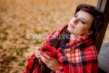 Скачать - Девушка в Красный плед, пить чай — стоковое изображение #34547971