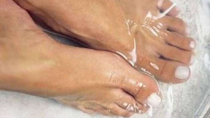Aby naše nohy vyzerali krásne, musíme sa o ne dobre starať. A tu je jeden príklad, ako na to. Keď prídete domov po dlhom dni a vyzujete si topánky, môže sa