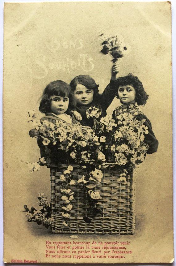 jaren 1920 zwart-wit ongebruikte briefkaart * drie Franse kinderen in een bloemmand *