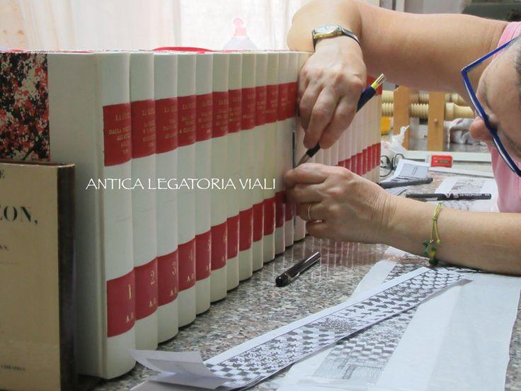 I tasselli sono messi e si procede al posizionamento del disegno  #legatoria #legatoriaviali #viterbo #rilegature #bookbinding #bookbinder #rilegatura #artisan #artigianato #artigiano #italy #italia #rilegare #libri #books #ArtigianatoArtistico #rilegatore #orvieto #roma #tuscia #reliure #restauro #restaurolibri #escher
