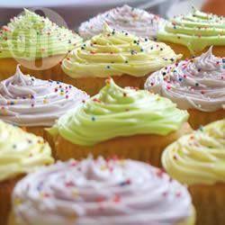"""""""Dit is mijn eigen recept voor de beste vanille cupcakes die je ooit hebt geproefd. Je kunt de cupcakes bedekken met een glazuur van vanille, chocola, citroen of aardbei."""" ~CupcakePrincess"""