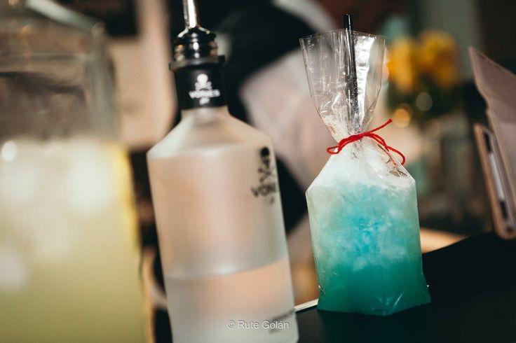 Mar di Capri by Raúl Martínez Ballesteros: En una coctelera añade 5 cl de #VONESGin, 2 cl de Vermouth Blanco, el jugo de media lima y 1 cl de Curaçao Azul. Agita enérgicamente y sirve en una copa de Martini (15 cl) previamente enfriada. Por último completa el cóctel con Cava.  [#Photo: Rute Golán Photography Design & Films ]