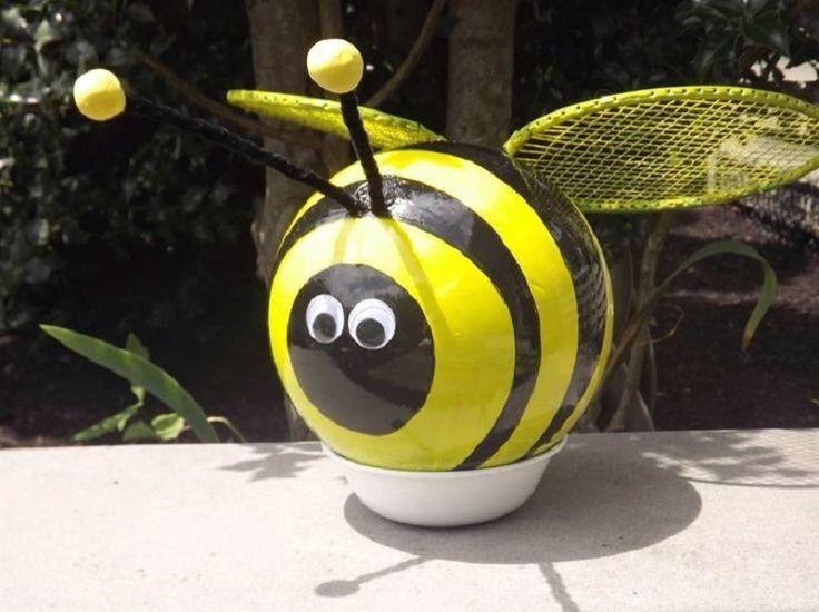 Comment transformer une boule de bowling en abeille de jardin.