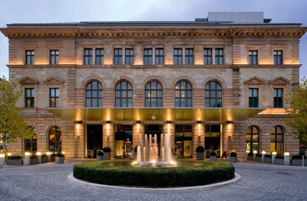 Schwimmen im ehemaligen Postamt: Das Sofitel Munich Bayerpost