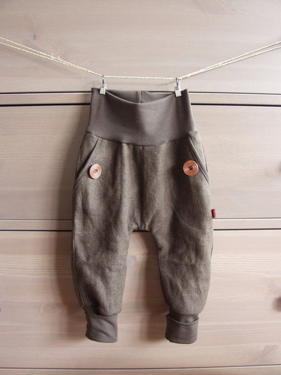 A really cute pants for your little one!  It has two pockets on the front with nice wooden buttons. Thanks to the extralong cuffs, this pants grow with your little one for quiet a while.  Its made aut of high quality linen (100%) The cuffs are soft organic cotton (96% organic cotton, 4 % elastane).   Coulors to choose Linen (with matching cuffs):  blue brown, navy, grey, nature, sand   Please tell me your requested size and I will be happy to sew for you!  Sizes:  0-3 months: 56-62 cm  3-6…