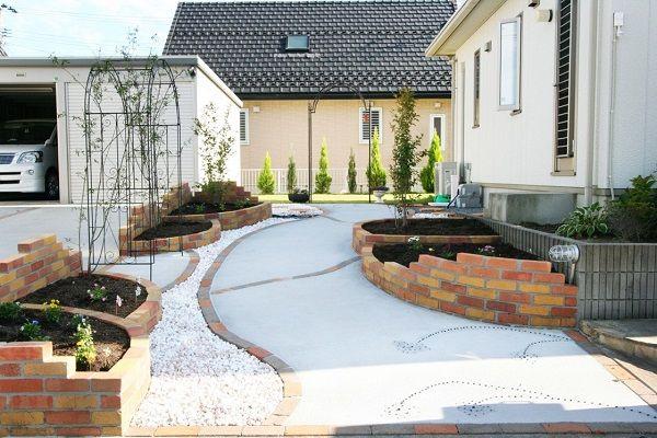 理想の庭をつくろう。植物にも嬉しいガーデニングのコツって? ... てあり、安心快適♪玄関までの道やレンガで囲った部分など防草シートとレンガチップ・化粧砂利のコンビネーションでおしゃれで快適な庭づくりを目指しましょう!
