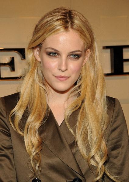 Riley Keough (Elvis Presley's granddaughter) wow! Strong genes! Beautiful eyes like her mama.