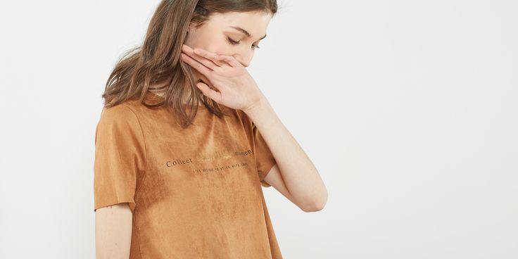 20€ Sfera.com+-++Camiseta+de+manga+corta+efecto+antelina+con+texto.+Detalle+de+aberturas+laterales.+Mujer,Camisetas+y+Sudaderas,Manga+corta+028-056260609948+-+http://www.sfera.com/es/mujer/camisetas-y-sudaderas/manga-corta/camiseta-textura-616644k/09948/