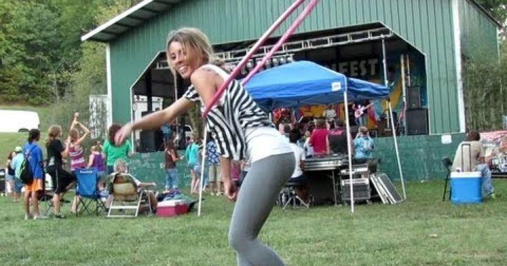 Katie Sunshine es bailarina profesional de Hula Hopp, sin embargo aqui la vemos en una fiesta juntos con su familia y amigos, simplemente diviertiéndose y relajándose con la música, en esta ocasión ella no hace ninguna presentación o coreografía en específico, simplemente se relaja. De hecho, ella pensaba que le tomaban fotografías, por eso de vez en cuando se detiene y sonríe. A pesar de no ser un performance como tal, aún así podemos disfrutar de sus movimentos y su belleza al natural.