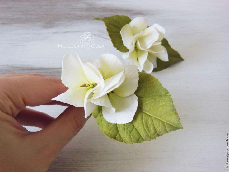 Купить или заказать Гортензия из фоамирана на шпильках в интернет-магазине на Ярмарке Мастеров. Невесомые шпильки с цветами гортензии из фоамирана подойдут для вечерней и свадебной причесок, украсят пучок волос в повседневной жизни. Цветы и листья нежные и бархатные на ощупь. В каждой шпильке от 3х до 5 цветочков. Соцветия крепко и надежно прикреплены к шпилькам. Наклон соцветий можно менять. Возможно изготовление на любой основе. Цена указана за 1 шпильку с тремя цветочками.