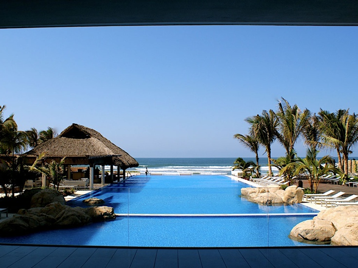 Exclusivo condominio donde arquitecura y naturaleza se unen en armonía para disfrutar de la mejor playa de Acapulco Diamante. Sus increíbles puestas de sol y su mar que te permite caminar dentro del agua casi 100 metros, hace de este desarrollo un lugar inigualable para la familia.