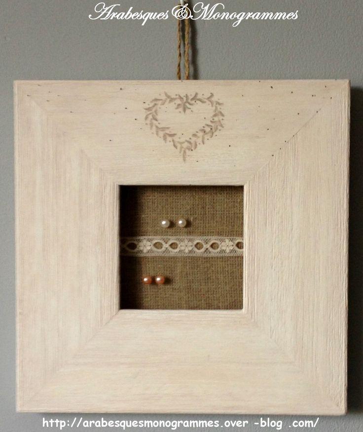Présentoir à boucles d'oreilles sur cadre ancien, lin, dentelle et frise coeur à main levée : Presentoir, boîtes par arabesques-et-monogrammes