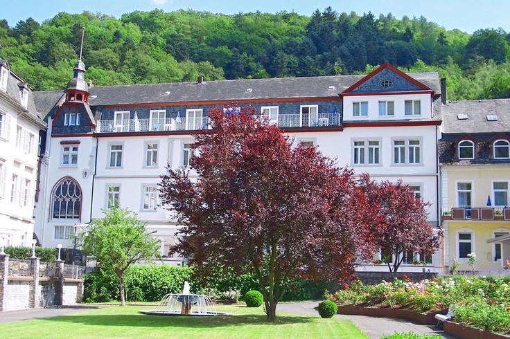 Göbel's Hotel Quellenhof is een bijzonder stijlvol in jugendstil gebouwd viersterren hotel op de rand van het Sauerland en het Waldeckenland. Een gebied waar het prachtig wandelen en fietsen is. Hotel Quellenhof ligt midden in het kleine centrum van het kuurdorp Bad Wildungen. Dit mooie plaatsje is bekend door de vele waterbronnen en het grootste aangelegde park van Europa dat op slechts 100 m van het hotel ligt. Officiële categorie ****