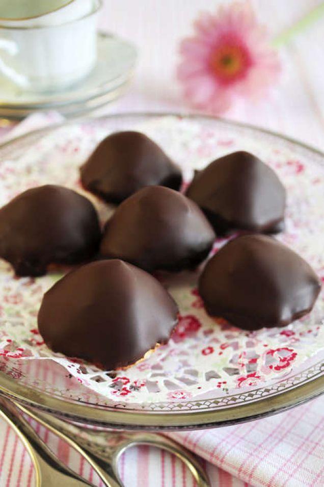 Chokladbiskvier är en klassiker och kallas även för Sarah Bernhardt. Biskvierna är glutenfria och kan göras med olika fyllningar, här med choklad!