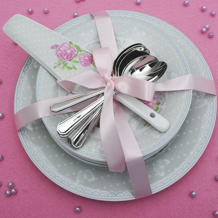 Μία πρόταση που θα κατπλήξει τους καλεσμένους σας : σετ για σερβίρισμα γλυκών ή ορεκτικών το οποίο αποτελείται από 6 πιάτα γλυκού , ένα πιάτο σερβιρίσματος και μία σπάτουλα , όλα από φίνα ευρωπαϊκή πορσελάνη με ρομαντικό σχέδιο γκρι τριαντάφυλλο και 6 κουταλάκια του γλυκού ανοξείδωτα 18/10 του οίκου Picard & Wielputz..