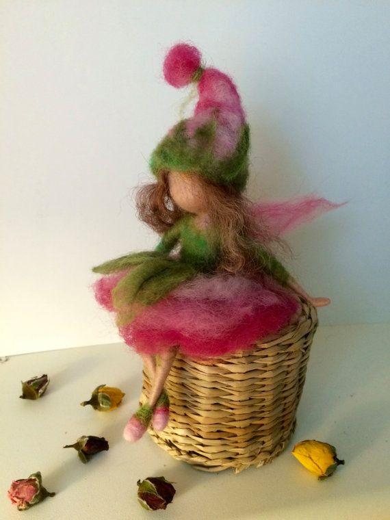 Esto es un hada pequeña flor Rosa. Ella es suave y elegante. Sus zapatos y la tapa se hacen en forma de capullos de rosas.  Es buena decoración para la habitación de los niños...  La altura es de 14 cm.