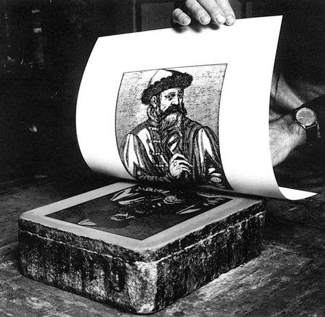 Litografia - técnica de gravura envolve a criação de marcas (ou desenhos) sobre uma matriz (pedra calcária) com um lápis gorduroso. Baseada no princípio da repulsão entre água e óleo.
