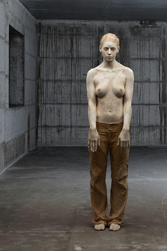Os Humanos Esculpidos em Madeira de Bruno Walpoth | Moda em Pauta