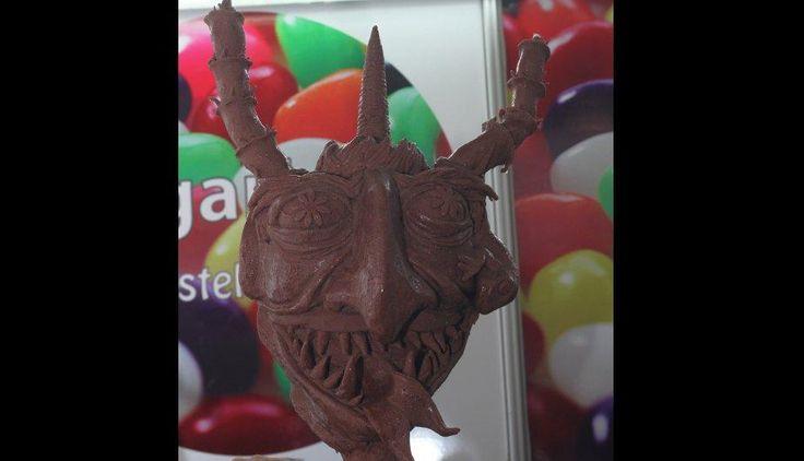 Cabeza de dragón hecho a base de chocolate