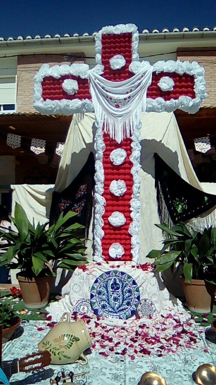 Día de la cruz en infantil del CEIP JUAN PABLO I. Realizado con cartones de huevos pintados de rojo y flores de papel d sda