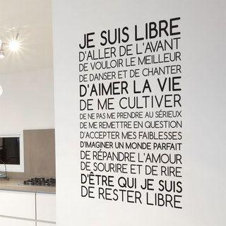 Un sticker mural composé d'un texte positif qui s'articule autour de la phrase: Je suis libre. Revendiquez les principes du bonheur avec cette décoration murale qui vous rappelle avec humour les