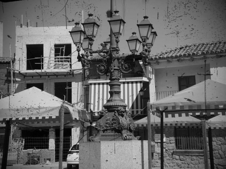 Hinojosa de San Vicente (Toledo) Farola en forja en el centro de la plaza.