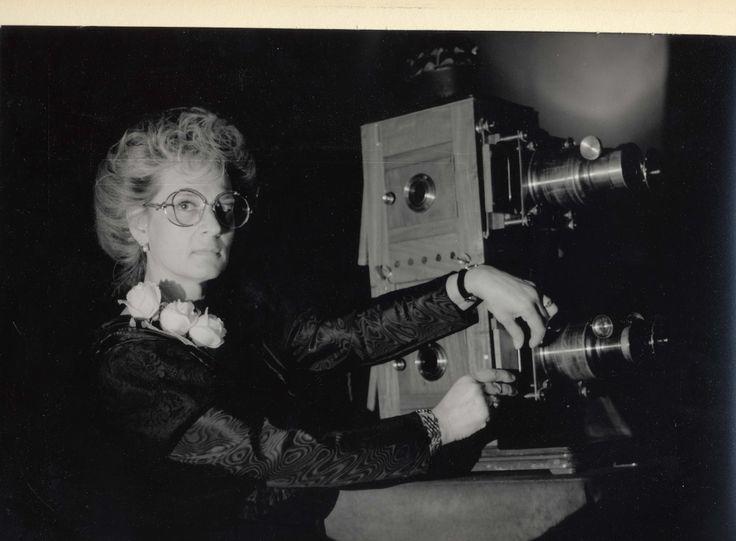 Laura Minici Zotti in abito vittoriano con una lanterna magica doppia.