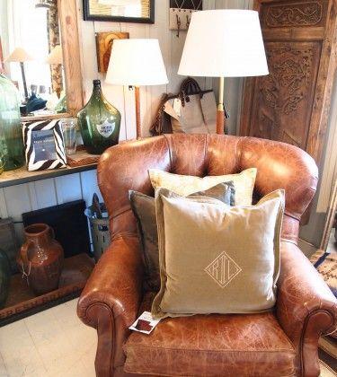 Riis Interiør har et godt utvalg av møbler, blant annet fra fra Designers Guild og Ralph Lauren Home, som sofaer, stoler, sidebord, kommoder og krakker.