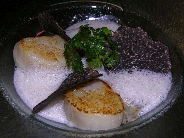 Noix de Saint Jacques, gnocchis et crème de truffes.