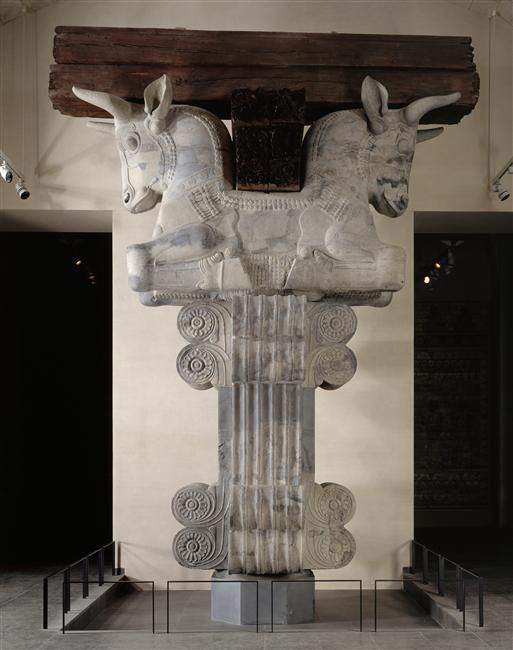 Chapiteau aux protomés de taureaux de l'une des 36 colonnes intérieures de l'apadana du palais d'Artaxerxés vers 450 av J.C