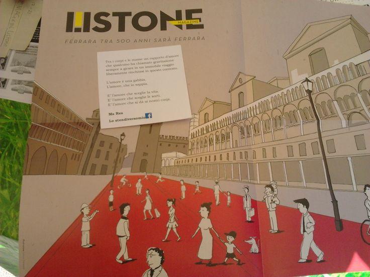 Pure i lettori di Listone Mag sono stati oggetto di #imboscateletterarie.  In questo caso durante l'iniziativa backup di una piazza all'interno di una rivista/depliant gigante.  Piazza Trento Trieste, Ferrara.
