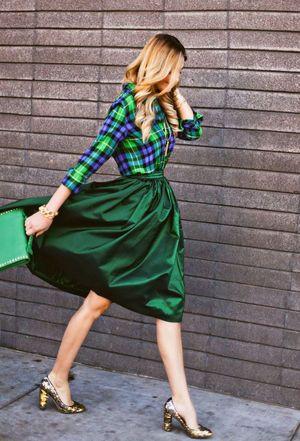 華やかなグリーンでコーディネート。キレイな40代のミモレ丈スカートコーデを集めました!