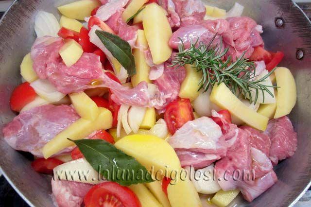 aggiungi la carne e condisci il tutto con olio, sale, rosmarino, alloro e mezzo bicchiere d'acqua