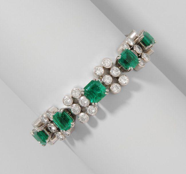 Elegantes Smaragd-Brillant-Bracelet 750 Weissgold. 7 sehr feine, kolumbianische Smaragde von zus. ca. 10.20 ct. (von 0.90-2.60 ct.). 3 Smaragde mit offenen Einschlüssen. Dazwischen 68 zargengefasste Brillanten von zus. ca. 8.70 ct. (Ø ca. 3.0-3.6 mm), F-G/If-vvs. L 15 cm, 37 g.